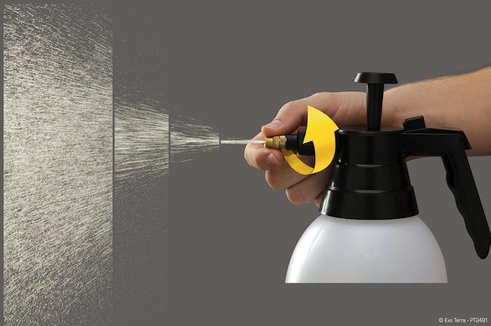 Spray brumisateur d'eau pour terrarium en action